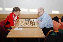 Šachisté neuspěli. Na snímku Jacek Dawidow z Orlové (vlevo) a karvinský Jozef Michenka.