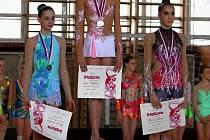 Na stupni vítězů zleva Barbora Kundelová, Anna Šebková, Blanka Žáková, nejlepší při cvičení s obručí.