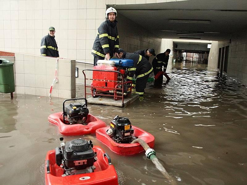 Hasiči v Českém Těšíně odčerpávají vodu ze zaplaveného podchodu