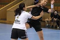 Olga Klosová (v černém) se i v posledním zápase karvinských házenkářek stala nejlepší střelkyní svého družstva.