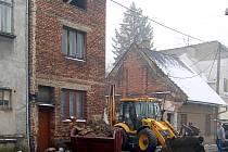 Demolice starého neudržovaného domu