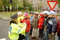 Každá skupina dětí dostala čtyři bezpečnostní vesty, ve kterých budou chodit na procházky.