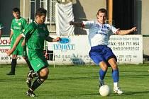 Fotbalisté Baníku Albrechtice (bílé dresy) prodloužili sérii domácích neúspěchů.