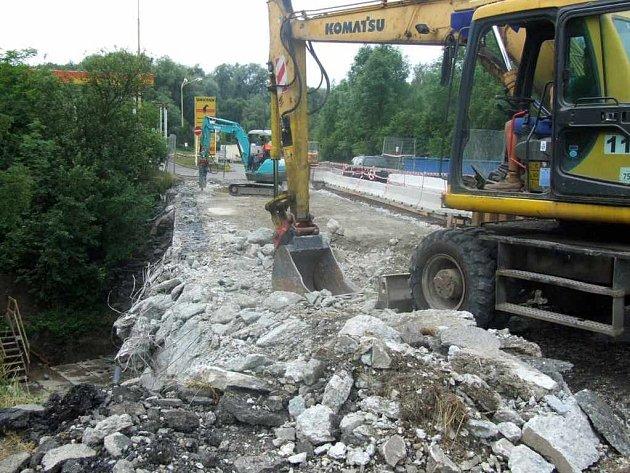 Oprava mostu přes řeku Sušanku.