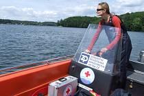Radka Zipserová na motorovém člunu Vodní záchranné služby Těrlicko