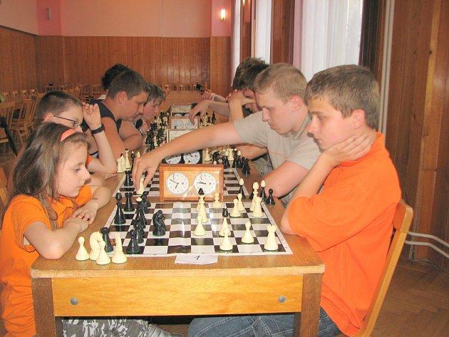 Sandra Valenčíková (vlevo) a vítěz turnaje jednotlivců Patrik Melzer z havířovských základních škol.