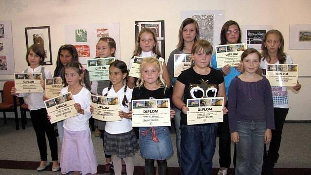 Úspěšní účastníci soutěže na vernisáži.