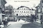 Tramvajový vůz míjí zámek a míří ulicí Hlubokou do centra města, rok 1914.