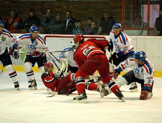 Hokejisté Karviné (v bílém) zvítězili na ledě Prostějova překvapivě hladce 6:3.