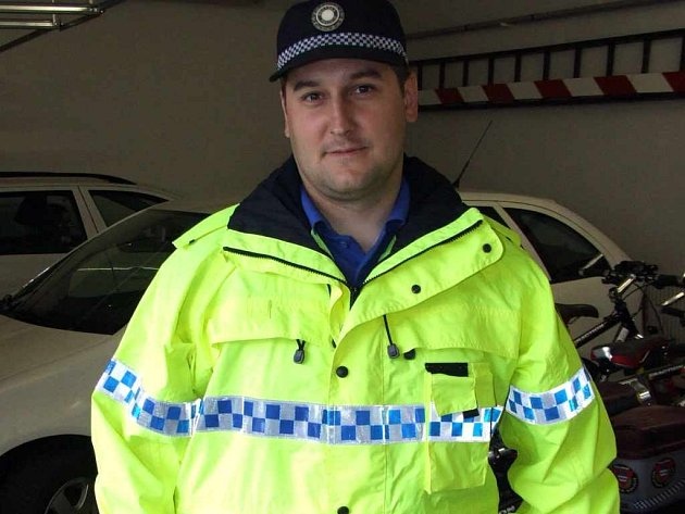 Strážník ukazuje novou bundu, kterou budou městští policisté používat především v krizových situacích.