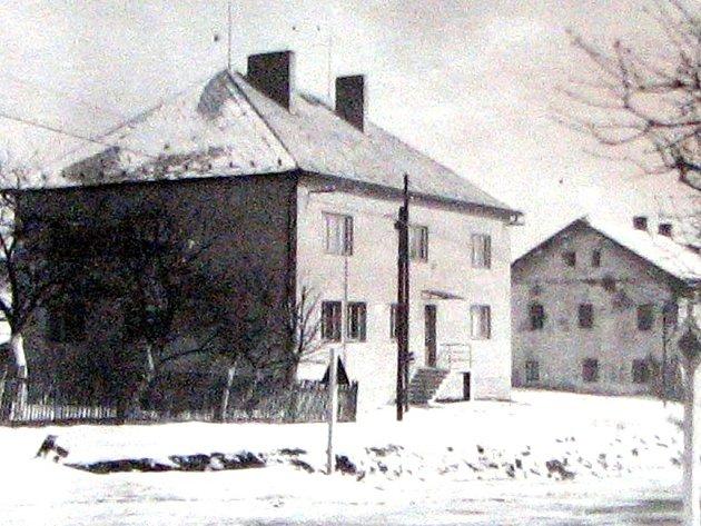 Rok 1959. Budova Místního národního výboru. V pozadí Jaškovská krčma.