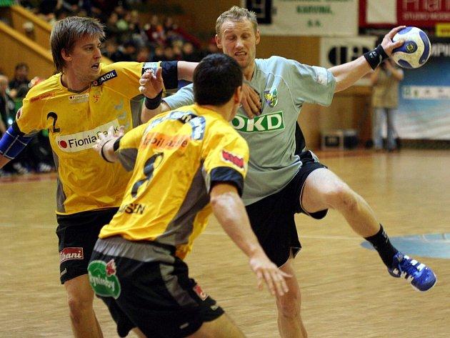 Kamil Heinz (s míčem) je u svých fanoušků v Karviné stále oblíbený.
