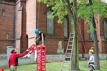 Svou odvahu si mohli vyzkoušet odvážlivci v lanovém parku u kostela, pod dozorem Royal Rangers.