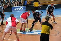 Florbalisté Slavie Havířov (sešívané dresy) jsou v osmifinále domácího poháru.