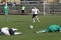 Karvinští fotbalisté (v zeleném) porazili doma v jednom ze dvou magnetů kola Dětmarovice 2:0.
