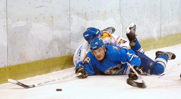 Orlová (v modrých dresech) odstartovala do nové sezony více než slibně.