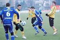 Příprava karvinských fotbalistů (ve žlutém) pokračovala duelem v Olomouci proti Sigmě.