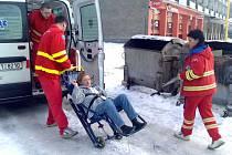 Zraněnou ženu odvezli k důkladnému vyšetření na chirurgii.