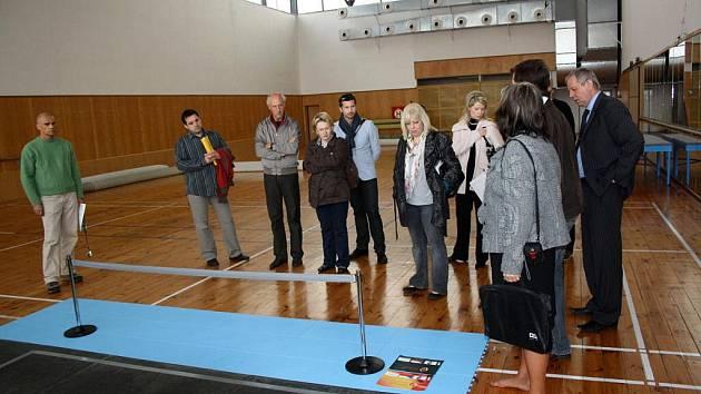 Hodnotící komise při vizitě v městské sportovní hale