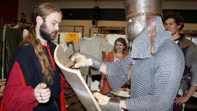 Nezbytné propriety každého šermíře - drátěná košile, přilbice a meč. To všem bylo k vidění i stánku sdružení Tartik.