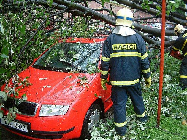 Podmáčený strom se vyvrátil v centru Havířova na zaparkované automobily. Rozřezat ho museli hasiči.