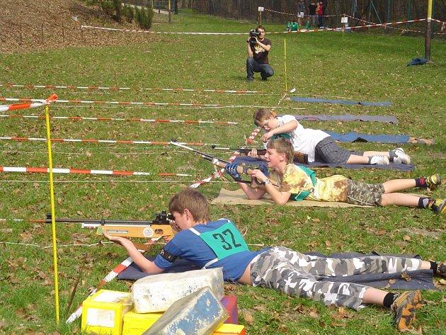Malí chlapci a děvčata žákovského věku soutěžili v letním biatlonu – běhu terénem a střelbě ze vzduchovky.