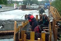 Stavbaři sice pilně pracovali, nestačili však dodržet ani dva slíbené termíny.