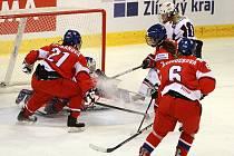 Ženský tým skončil na mistrovství šestý. Snímek z utkání proti USA - Češky v červeném.