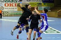 Martina Hrdinová (v černém) střílí, její spoluhráčka Olina Klosová se proto raději kryje.