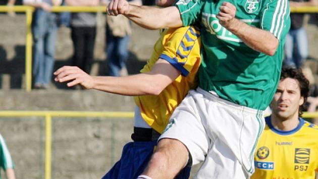 Opora karvinského týmu Radek Slončík (v zeleném) netradičně v hlavičkovém souboji.