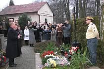 Pietní akt na stonavském hřbitově, starosta obce Ondřej Feber