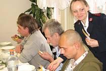 Slavnostní vánoční večeře v Azylovém domě Armády spásy v Havířově