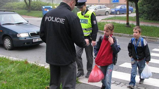 Policisté se věnovali školákům při preventivní akci Zebra se za tebe nerozhlédne.