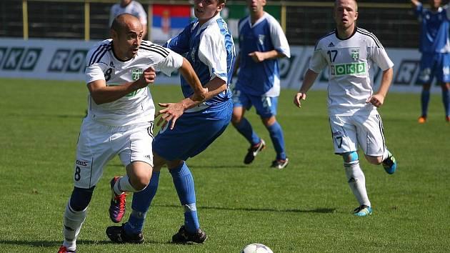Karvinští fotbalisté (v bílém) porazili Vlašim 3:1 a odstartovali vítězně Den horníků.