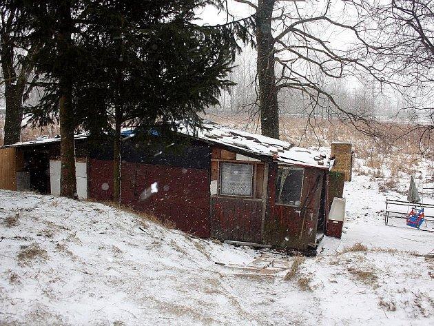 V této chatrči u řeky Olše v Karviné, žili rodiče se dvěma malými dětmi i v současné zimě.
