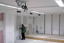 Jednotlivé prostory nové knihovny už dostávají konečnou podobu.