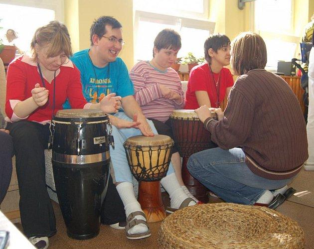 Hudebníci z budenického tělesa Jumping Drums zavítali do karvinského stacionáře pro mentálně postižené Dům v aleji