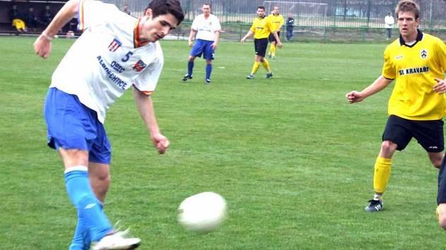 Fotbalisté Baníku Albrechtice (bílé dresy) zaznamenali první jarní porážku.