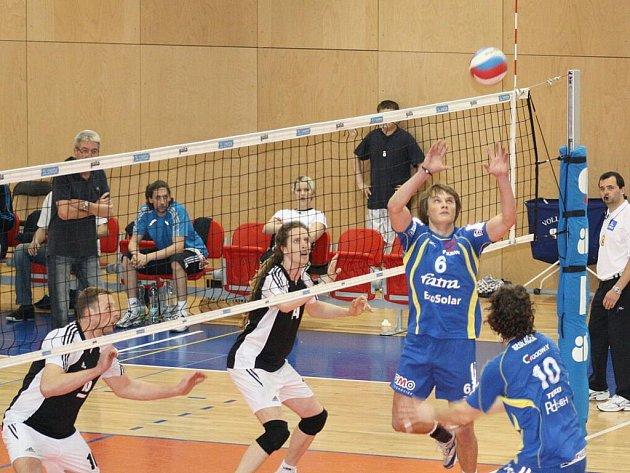 Třetí extraligové čtvrtfinále vyhrál v Havířově Zlín (modré dresy).