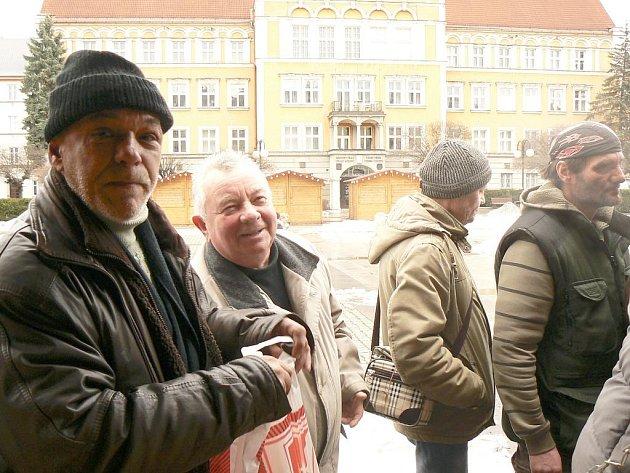 Stánky s občerstvením a venkovním posezením před českotěšínskou radnicí budí mezi místními lidmi trošku obavy. Nechtějí, aby tady posedávali lidé, kteří budou dělat nepořádek.