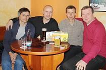 Den před Silvestrem se sešel v Havířově Pavel Vrba (zcela vpravo) s bývalými hráči a funkcionáři. Na snímku zleva Vladislav Dedek, Michal Šlachta a Vladimír Lucký.