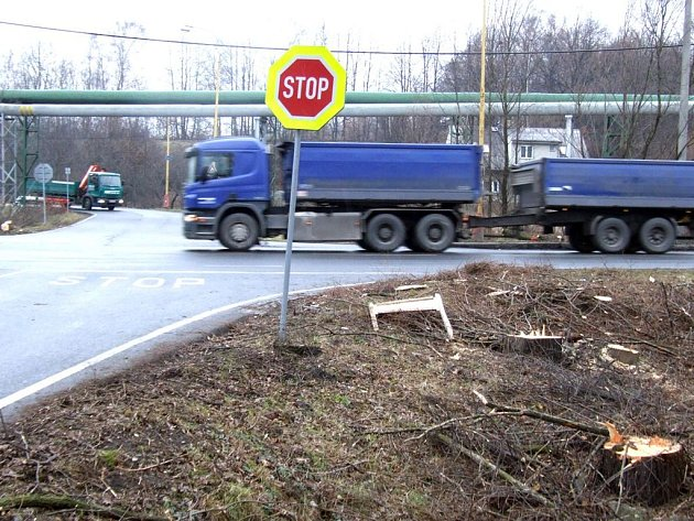 Provoz na této křižovatce by měly brzy řídit semafory.