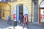 Vstup do jednoho z promítacích míst festivalu, do polského kina Piast, tradičně zdobí vstupní brána vytvořena z plakátu daného ročníku.
