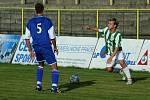 Karvinští fotbalisté (v zelenobílém) mají stále šanci na čtvrté místo v tabulce. Vpravo Filip Juroszek.