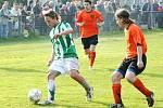 Karvinští fotbalisté (v zelenobílém) mají stále šanci na čtvrté místo v tabulce. Vlevo Filip Juroszek.