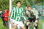 Karvinští fotbalisté (v zelenobílém) mají stále šanci na čtvrté místo v tabulce. Na snímku Roman Giňa.