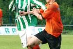 Karvinští fotbalisté (v zelenobílém) mají stále šanci na čtvrté místo v tabulce. Vlevo Roman Giňa.