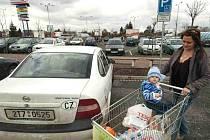 Parkovací místa pro rodiče s dětmi jsou například před hypermarketem Tesco v Ostravě-Třebovicích.