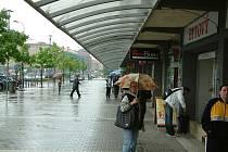 Korzování podél náměstí Republiky v Havířově nezabrání ani vydatný déšť, protože chodníky jsou kryté zastřešením.