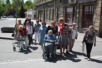 Senioři ze čtyř domovů důchodců z České republiky i Polska se vydali na pochod od katolického kostela v Orlové až k evangelickému kostelu.